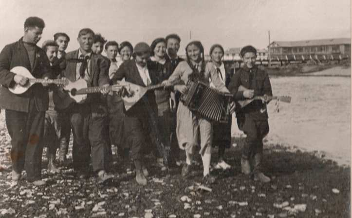 Pionervozhatyie-Birobidzhana-na-ber-Biryi-1935-291x180